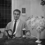 4891 Deventer - Persfotograaf D.W. Nijland: Deventer judoka Tonny Jonkman met zijn gewonnen trofeën.