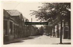 F001179 De Noordweg in de wijk Brunnepe, oudste vermelding is van 1507, rechts vooraan de ingang tot de ...
