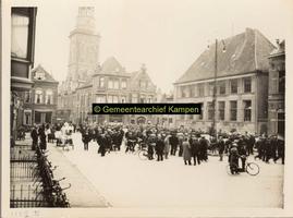 F001159-2 De Nieuwe Markt en de Gasthuisstraat en daar achter de Nieuwe Toren. Op de hoek aan de rechterzijde van de ...