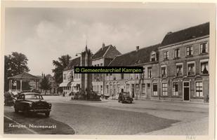 F001164 De Nieuwe Markt met muziektent en gedenkzuil, de zuil is geplaatst in 1948 t.g.v. het 50 jarig ...