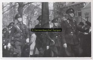 F003274 Rondgang van een afdeling van de W.A. door Kampen. De W.A. (Weerbaarheidsafdeling) in zwarte uniformen was de ...