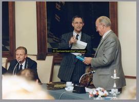 F004775 Van links naar rechts: burgemeester H.C. Kleemans, F. van de Werf- directeur sociale dienst en Warner Brink, ...