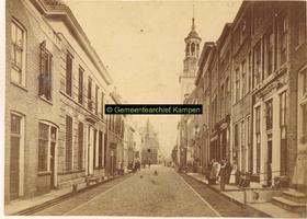 F001233 Oudestraat, gezien richting Bovenkerk, met in het midden rechts de Nieuwe Toren en links daarvan het Oude ...