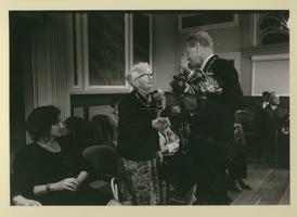 F007547 Ida Gerhardt, gehuldigd in Stadsgehoorzaal door burgemeester H.C. Kleemans.