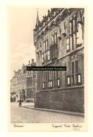 F001352 Het Oude Raadhuis met links het Postkantoor aan de Oudestraat, het Oude Raadhuis zoals het er nu staat is van ...