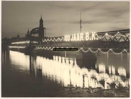F001208 IJsselbrug met verlichting en verlichte tekst 100jarig bestaan van de NV Kon. Emaillefabrieken voorheen H. Berk ...