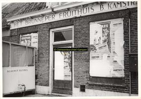 F001210 Pand Noordweg 7, waarin het Brunneper fruithuis van B. Kamstra was gevestigd, links een kraam van een bloemenhandel.