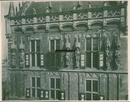 F001355 Beelden en laat-gotische ijzeren kooi aan de gevel van het Oude Raadhuis aan de Oudestraat, v.l.n.r. Karel de ...