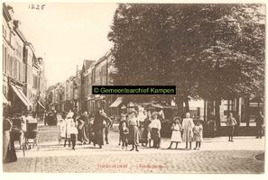 F001225 Oudestraat, gezien richting Bovenkerk ter hoogte van de Plantage.