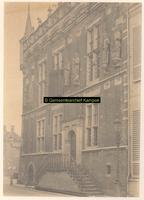 F001337 Het Oude Raadhuis aan de Oudestraat, de trapopgang is verwijderd bij de restauratie van 1899. Uiterst links op ...