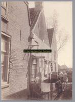 F001183 Een paar huisjes in de Schokkerbuurt, in 1859 verhuisden de bewoners van Schokland naar dit gedeelte in ...