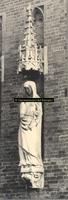 F001382 Zandstenen beeld, voorstellende de Trouw, bevestigd aan de gevel van het Oude Raadhuis aan de Oudestraat op ...