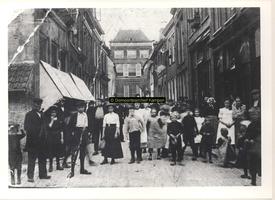 F000794 De Geerstraat of Balkensteeg rond 1910, links op de hoek met de Hofstraat het winkel-woonhuis met pothuisje van ...