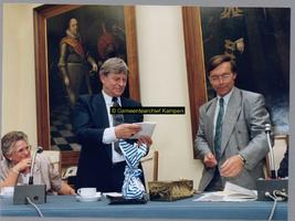 F004777 Van links naar rechts: mevrouw Bossink, wethouder J.D. Bossink, en gemeentesecretaris Okke Pol tijdens het ...