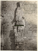 F001375 Oorspronkelijk grijs zandstenen beeld, afkomstig van de gevel van het Oude Raadhuis aan de Oudestraat, ...
