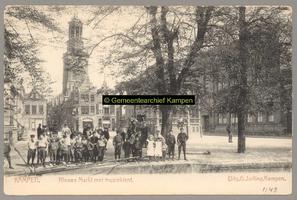 F001149 De Nieuwe Markt met muziektent en Nieuwe Toren. In 1911 is er het Ethnografisch museum gevestigd met een ...