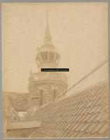 F001328 Bovenste gedeelte van de Schepentoren dat onderdeel uitmaakt van het Oude Raadhuis. Het dak op de voorgrond ...