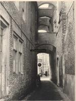 F000886 Houtzagerssteeg, gezien vanaf de Buitennieuwstraat richting Oudestraat - zie ook volgend fotonummer.