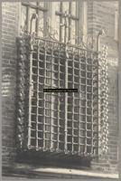F001363 Gesmede laat-gotische ijzeren kooi aan de gevel van het Oude Raadhuis in de Oudestraat, de kooi is voor één der ...