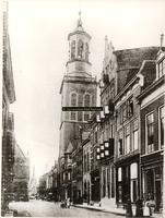 F001231 Oudestraat gezien richting Bovenkerk met Nieuwe Toren en links deel van het Oude Raadhuis. Het 3e pand van ...