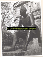 F001988 Bronzen beeld Paljas in het plantsoen bij de Cellebroederspoort, geplaatst als onderdeel van een beeldenroute ...