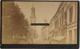 F001271 Oudestraat ter hoogte van de Plantage, richting Nieuwe Toren en Oude Raadhuis.