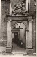 F000839 Poortje van het gebouw van het Linneweversgilde, waarin de firma Siebrand was gevestigd (oorspronkelijk ...