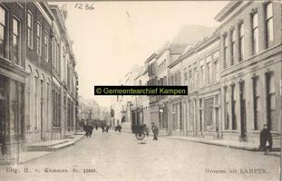 F001236 Oudestraat, gezien vanaf het begin, richting Nieuwe Toren, links een soort chocolatterie.