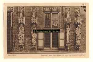 F001356 Gedeelte van de gevel van het Oude Raadhuis aan de Oudestraat met vier van de zes beelden, v.l.n.r. de ...