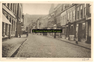F001216 Oudestraat, gezien richting Bovenkerk, links pand van Smit en Ten Hove - sigarenfabriek, rechts ...