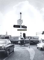 F005723 Verkeersdrukte bij de oprit van de oude IJsselbrug.