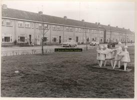F000805 Beeldengroep bij de W. van Oranje-school in de Gevers van Endegeeststraat.
