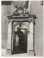 F000840 Poortje van het gebouw van het Linneweversgilde, waarin de firma Siebrand was gevestigd.(voormalige stadswerkhuis).
