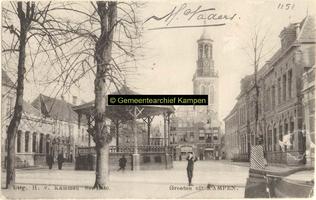 F001151 De Nieuwe Markt met muziektent, links van de muziektent het postkantoor, en rechts de Christelijke school - ...