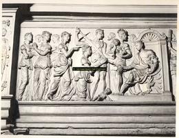 F001511 Linker gedeelte van het reliëf Salomo's wijze rechtspraak (1 Koningen 3: 16-28) op het fries van de zandstenen ...