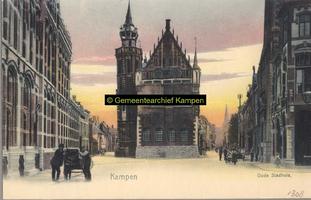 F001308 Het Oude Raadhuis met de Schepentoren te midden van de Voorstraat (links) en de Oudestraat (rechts), links ...