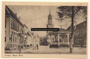 F001148 De Nieuwe Markt met muziektent en Nieuwe Toren. In 1911 is er het Ethnografisch museum gevestigd met een ...
