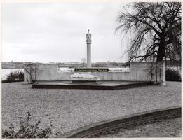 F002054 Verzetsmonument aan de la Sablonierekade, vervaardigd door beeldhouwer Krop, Hildo.Het monument is omgeven door ...