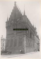 F001322 De zij- en voorgevel van het Oude Raadhuis met de Schepentoren aan de Oudestraatzijde, het Raadhuis zoals het ...