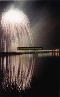 F005708 Vuurwerk boven de IJssel en de verlichte IJsselbrug.