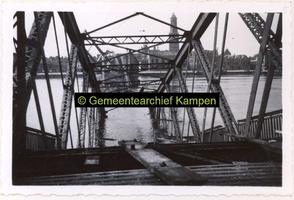 F002630 Opgeblazen IJsselbrug, gezien vanaf deze brug in de richting naar Kampen.