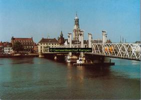 F005677 De IJsselbrug van voor 1999 met Nieuwe Toren en omgeving.