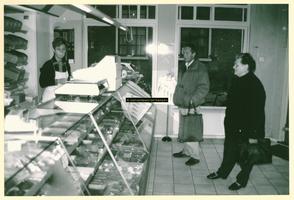F009210 De winkel van bakkerij Nijland, de hulp en twee klanten.