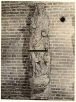 F001372 Oorspronkelijk grijs zandstenen beeld, afkomstig van de gevel van het Oude Raadhuis aan de Oudestraat, ...