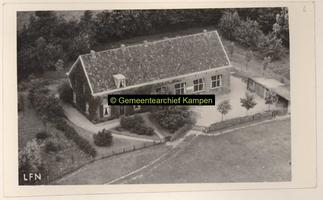 F001026 Openbare school op het Kampereiland aan de Nesweg, thans camping Van 'Hul.