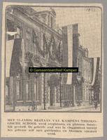 F001823 Theologische Hogeschool, versierd met guirlandes en bloemen aan de Oudestraat bestaat 75 jaar.