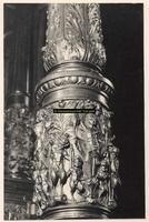 F001603 Detailfoto van de linker zuil van het Schepengestoelte, in de Schepenzaal van het oude Raadhuis.
