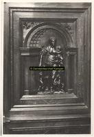 F001602 Fragment van de rugzijde van het Schepengestoelte, rechts van de schouw in de Schepenzaal van het oude Raadhuis.