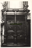 F001601 Schepengestoelte, rechts van de schouw in de Schepenzaal van het oude Raadhuis, daarboven het schilderij het ...