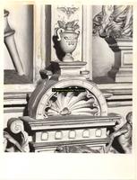 F001588 Detailfoto van een ornament dat onderdeel uitmaakt van de zandstenen schouw in de Schepenzaal van het oude ...